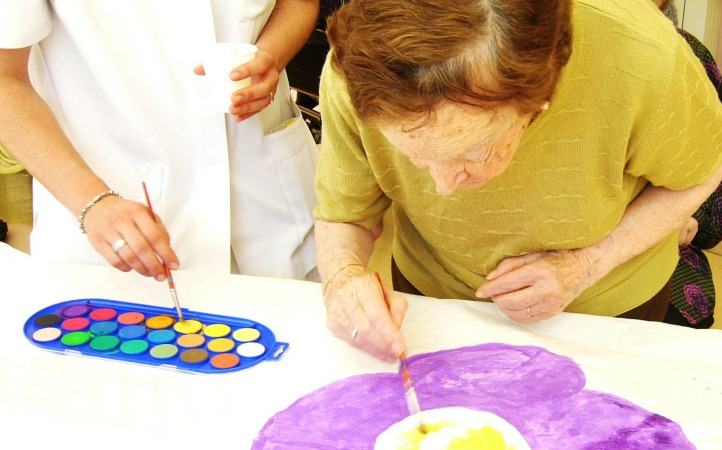 abuelo pintando con demencia